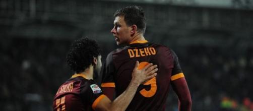 Dzeko abbracciato da Salah dopo il gol realizzato