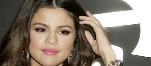 Selena Gomez no tapete vermelho do Grammy 2011