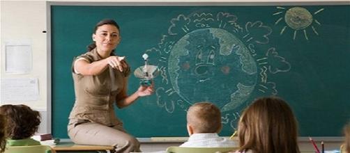 Una insegnante durante la sua lezione