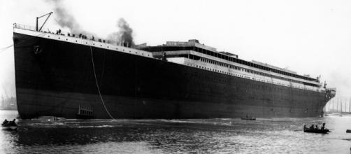 El Titanic original durante su botadura en Belfast