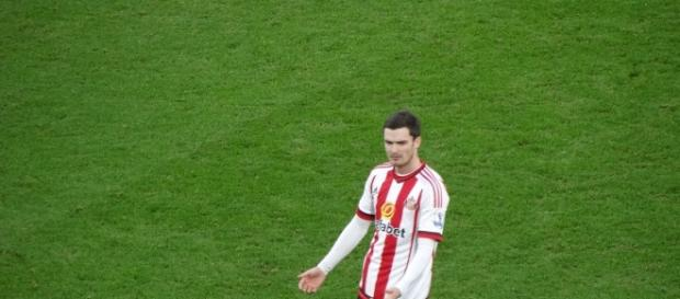 Adam Johnson en un partido con el Sunderland