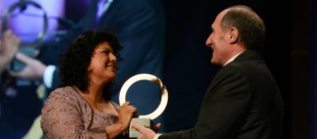Berta Cáceres alla premiazione per le sue attività