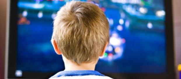 Niño sentado frente al televisor