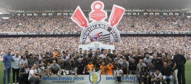 Campeão brasileiro, Corinthians lidera o Paulistão