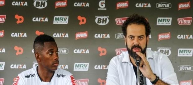 Robinho chega e veste a camisa do Atlético MG.