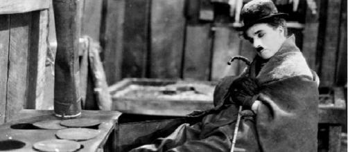 Chaplin, en su escritorio, reflexiona