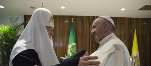 il Papa abbraccia Kirill all'Avana