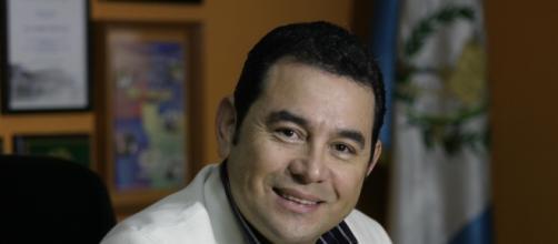 Presidente de Guatemala dona la mitad de su sueldo