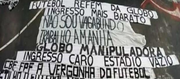 Algumas faixas da torcida do Corinthians.