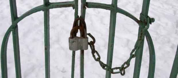 cancello con lucchetto e sbarre