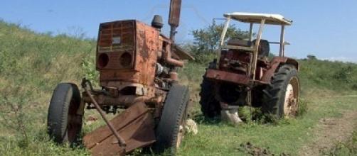 tractor ruso en una granja cubana
