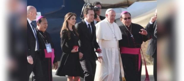 Anahí recebe Papa Francisco no México