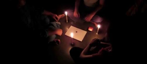 Sesión de ouija en la oscuridad