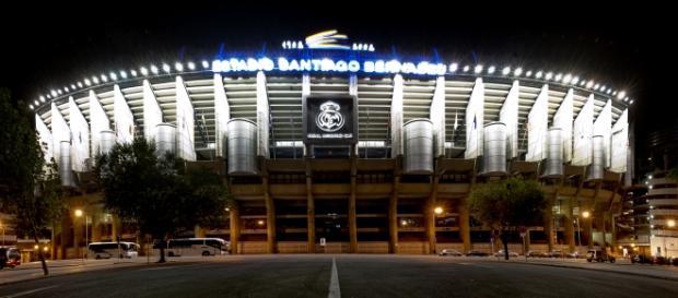Estadio Santiago Bernabéu por la noche.