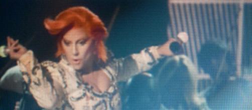 Lady Gaga durante il tributo a Bowie ai Grammy.