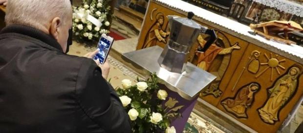 Moka davanti altare con ceneri Renato Bialetti