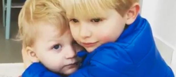 Sami abraçando irmão mais velho Alex
