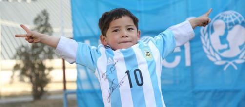 Messi regala dos camisetas a Murtaza