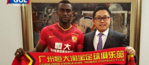 Jackson Martinez con el presidente del Guangzhou.