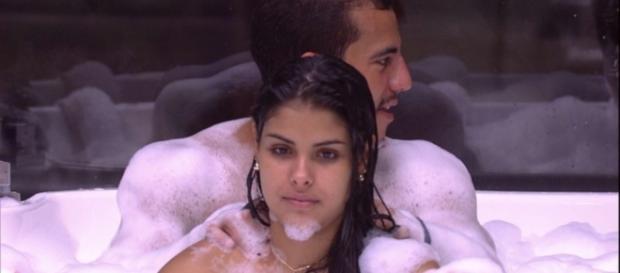 Matheus faz massagem em Munik, na banheira