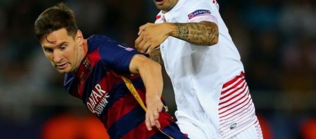Messi disputa un balón en la Supercopa de Europa
