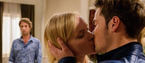 David e Luisa mentre si baciano.