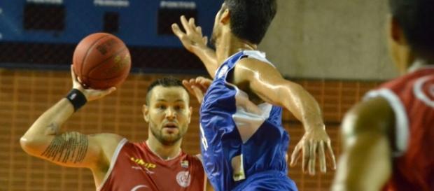 Caio Torres pivô do Paulistano com a bola.