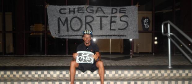 Ciclistas protestam no Centro Administrativo de SC