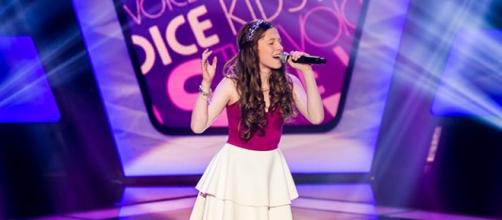 Catarina Estralioto cantando no The Voice Kids