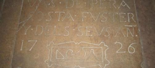 Sepulcro masónico en el piso de Sant Just i Pastor