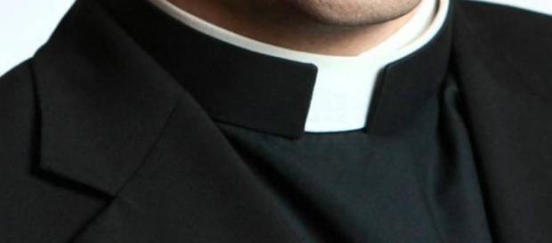 Parroco abusa sessualmente di tre minorenni.