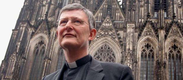 Kardynał Woelki na tle Katedry w Kolonii.