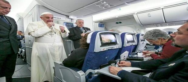 Papa Francisco fala com jornalistas em voo
