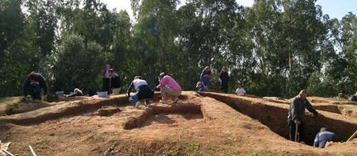 Arqueólogos en el Parque Moret.