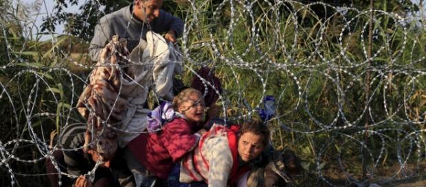 Imigranți forțând intrarea în Ungaria-Foto-rt.com
