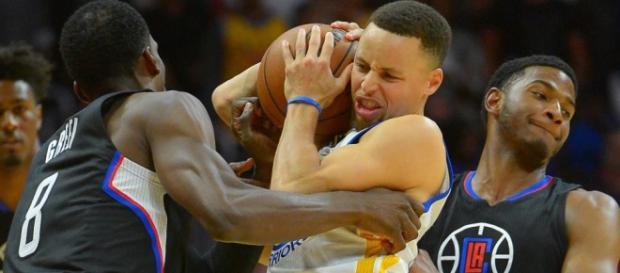 Stephen Curry bajo la defensa de los Clippers