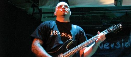 Piotr Grudzinski tocando en concierto de Riverside