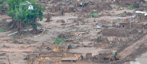 Distrito de Bento Rodrigues devastado pela lama