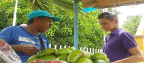 Gustavo Fuente en su carreta de frutas y verdura