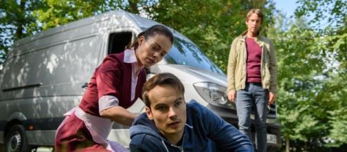 Sebastian tenta di investire David con un furgone.