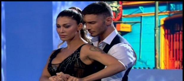 Belen e Stefano ballano in trasmissione