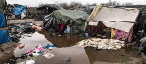 """La """" giungla"""" di calais, che ospita 4000 migranti"""