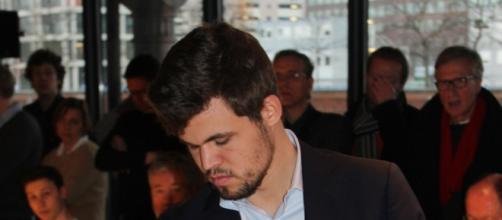 Magnus Carlsen participando en simultaneas