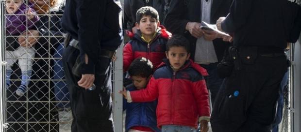 sirios en la frontera entre Macedonia y Grecia