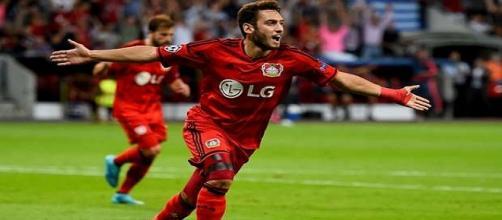 El jugador turco festeja su gol