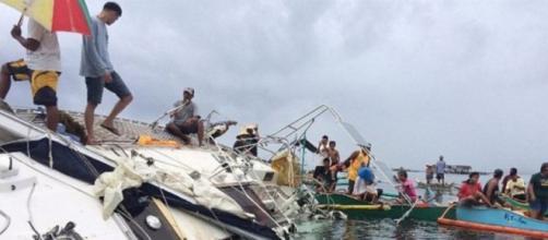 El velero estaba en gran parte sumergido
