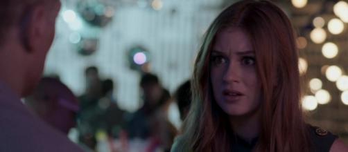 Eliza fica em pânico ao saber que posará nua