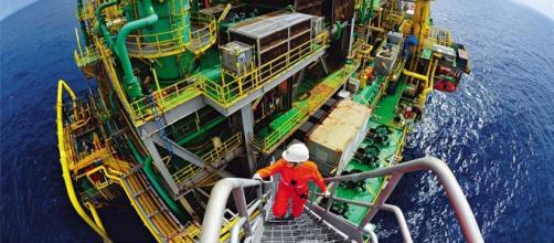 Plataforma marítima de exploração de petróleo
