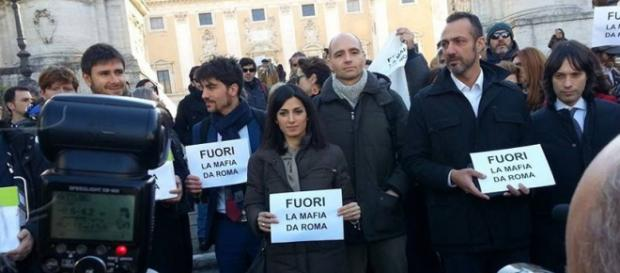 Al centro Virginia Raggi (Fonte FB)