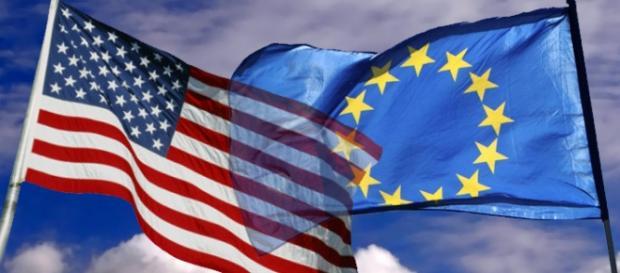 Le bandiere dell'Unione Europea e dell'America